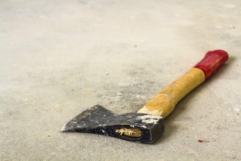 Hacha vieja del hierro con la manija roja y amarilla de madera en el fondo blanco Concepto del trabajo hecho a mano, del trabajo  fotos de archivo libres de regalías