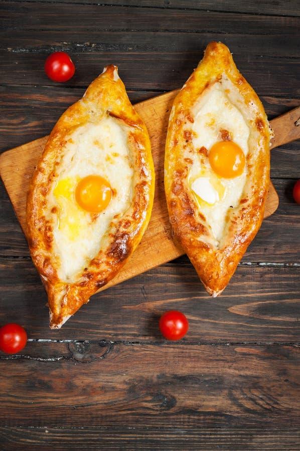 Hachapuri阿扎尔 美丽的开放饼khachapuri用在木的鸡蛋 免版税库存图片