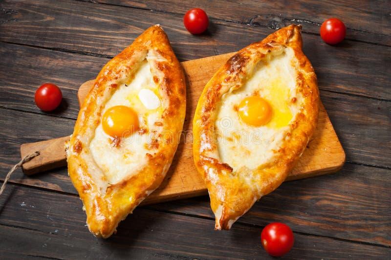 Hachapuri阿扎尔 美丽的开放饼khachapuri用在木的鸡蛋 库存照片