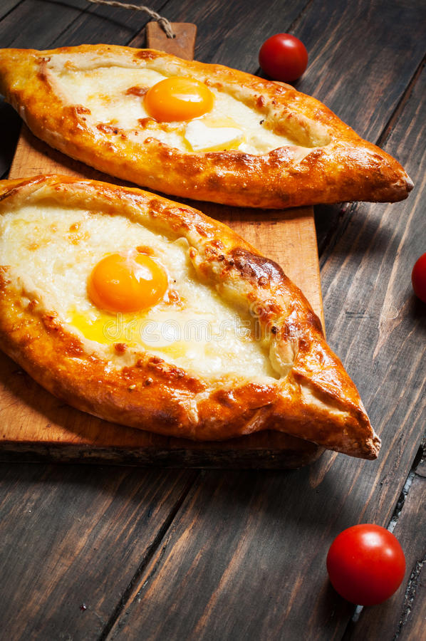 Hachapuri阿扎尔 美丽的开放饼khachapuri用在木的鸡蛋 免版税库存照片