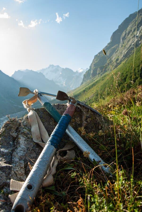 Hachas de hielo retras del alpinismo fotos de archivo libres de regalías