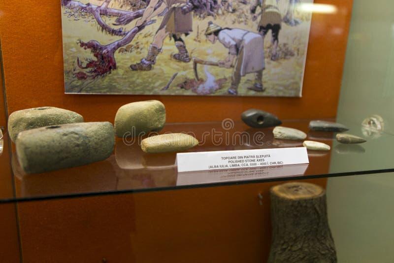 Hachas de piedra expuestas en el museo arqueológico de Alba Iulia imagen de archivo