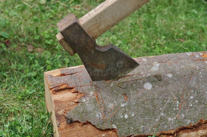 Hache dans le tronçon d'arbre images stock
