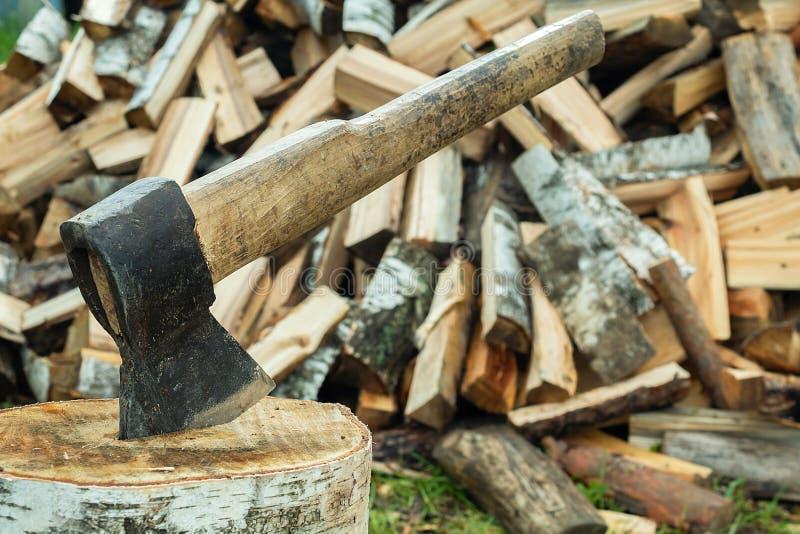 Hache manuelle pour la moisson en bois Fourniture de bois de construction pour le ménage image libre de droits