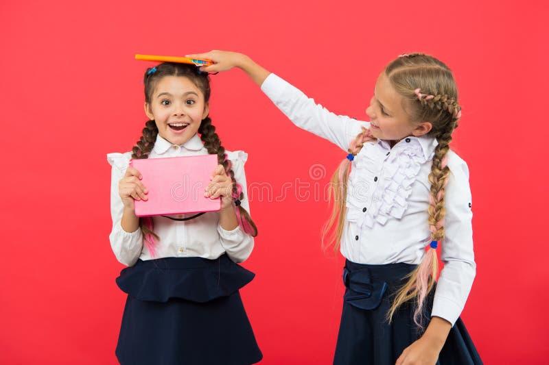 Hacia conocimiento Somos felices alumnos felices con el libro de trabajo De nuevo a escuela lección de la literatura y de la escr fotografía de archivo libre de regalías