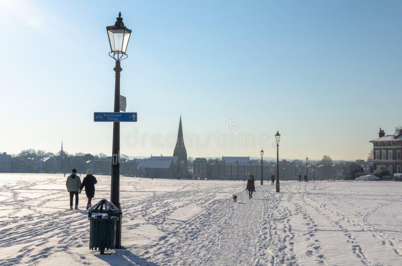 Hacia el pueblo de Blackheath en un día nevoso imagen de archivo libre de regalías