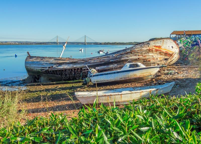 Hacia fuera barco quebrado gastado abandonado en Ayamonte fotos de archivo libres de regalías