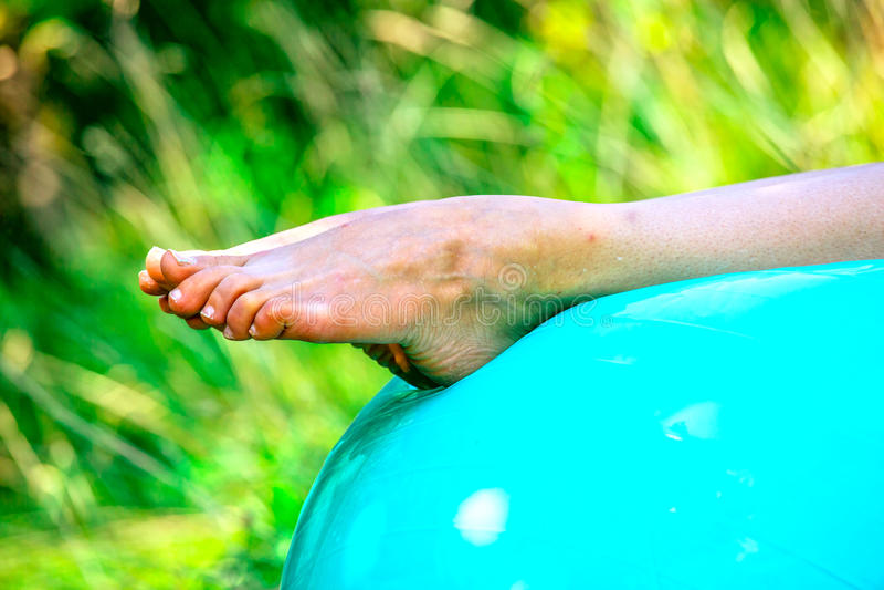 Hacia fuera bien-estirada una pierna de un caucásico imagen de archivo libre de regalías