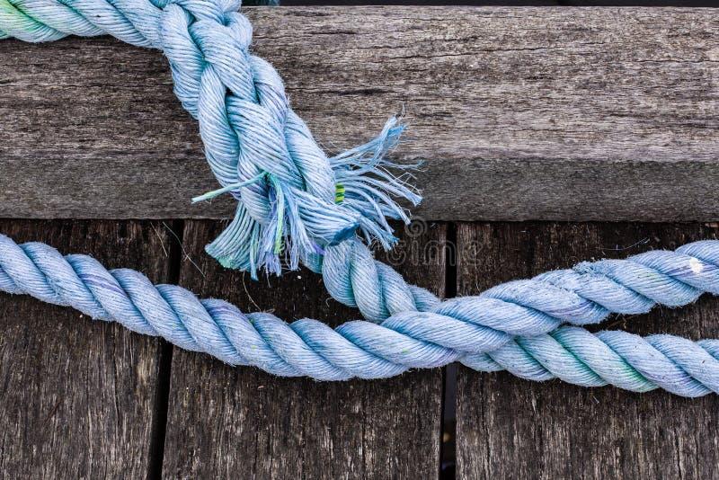 Hacia fuera cuerda que amarra gruesa gastada fotos de archivo