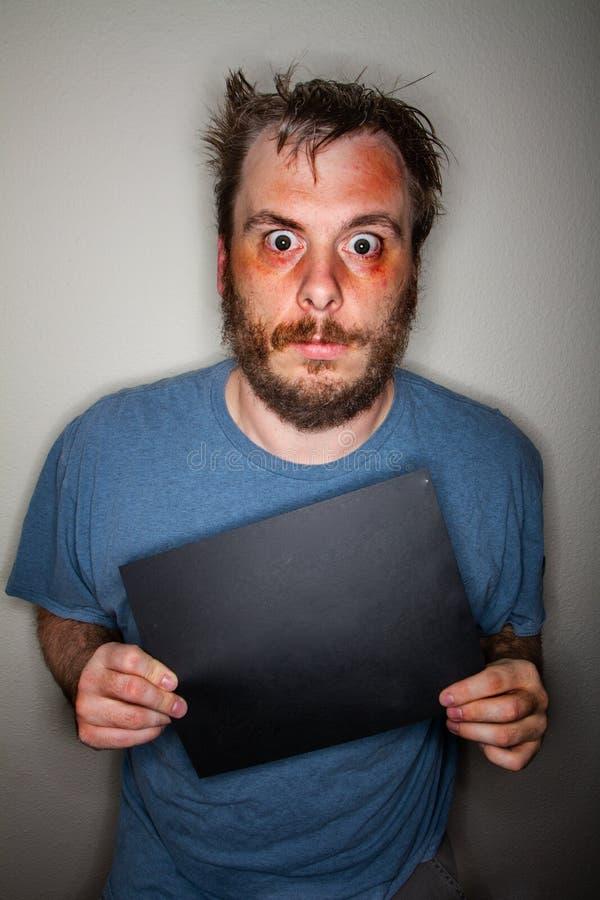 Hacia fuera drogado hombre que lleva a cabo una muestra fotos de archivo