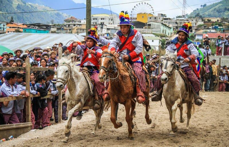 Hacia fuera horseriders planos, carrera de caballos del todos Santos, ¡n, Huehuetenango, Guatemala del Todos Santos Cuchumatà imagen de archivo