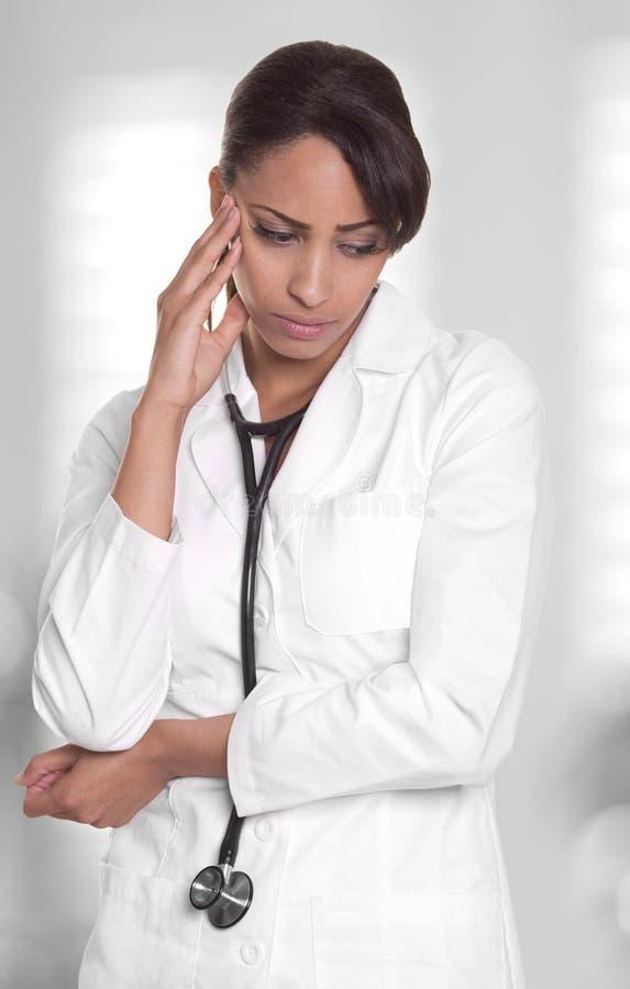Hacia fuera tensionadas miradas femeninas del doctor trastornadas. foto de archivo
