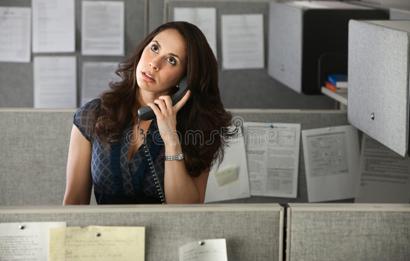Hacia fuera tensionado oficinista de la mujer foto de archivo