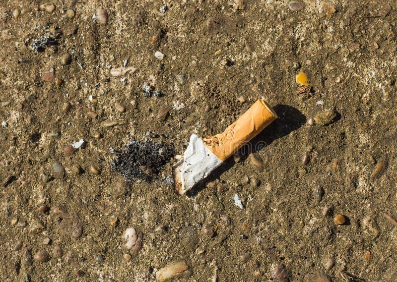Hacia fuera tropezado extremo de cigarrillo fotos de archivo libres de regalías