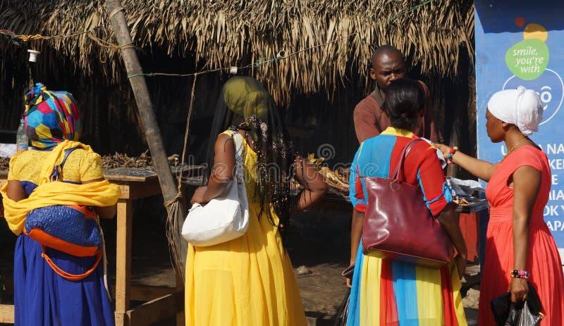 Haciendo compras en Tanzania, África imagen de archivo