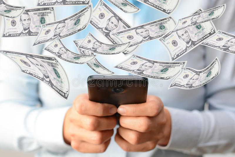 Haciendo dinero concepto en línea con la mujer dé sostener un smartphone fotografía de archivo libre de regalías