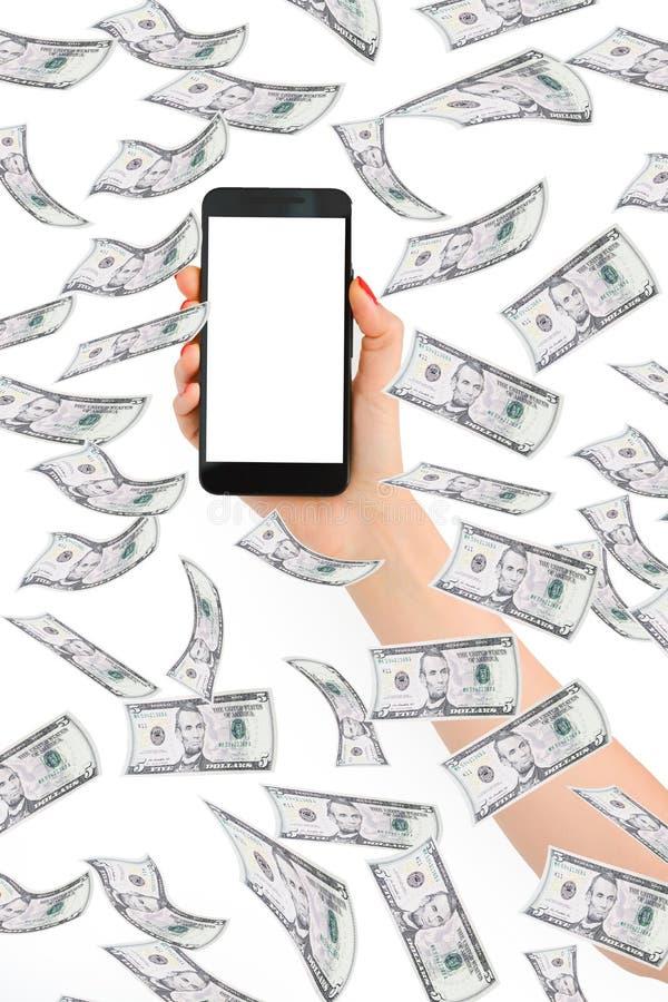 Haciendo dinero concepto en línea con la mujer dé sostener un smartphone con una exhibición en blanco foto de archivo