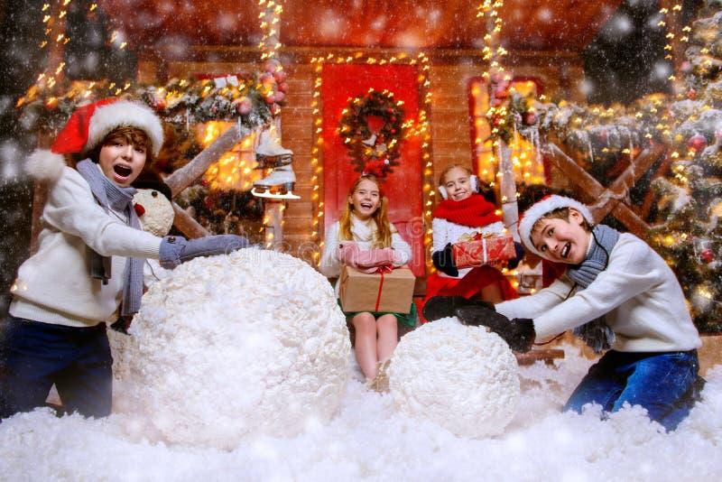 Haciendo el muñeco de nieve junto fotos de archivo libres de regalías