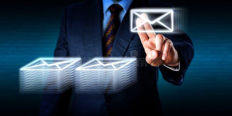 Haciendo en horas extras el amontonamiento de muchos correos electrónicos en ciberespacio foto de archivo