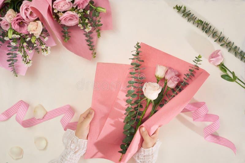 Haciendo flores rosas ramos con tijera o con fondo blanco Vacaciones, Día de la Madre, concepto de Día de San Valentín Vista supe imagen de archivo libre de regalías
