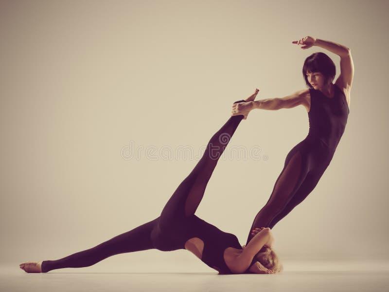 Haciendo la yoga de los pares junta fotos de archivo