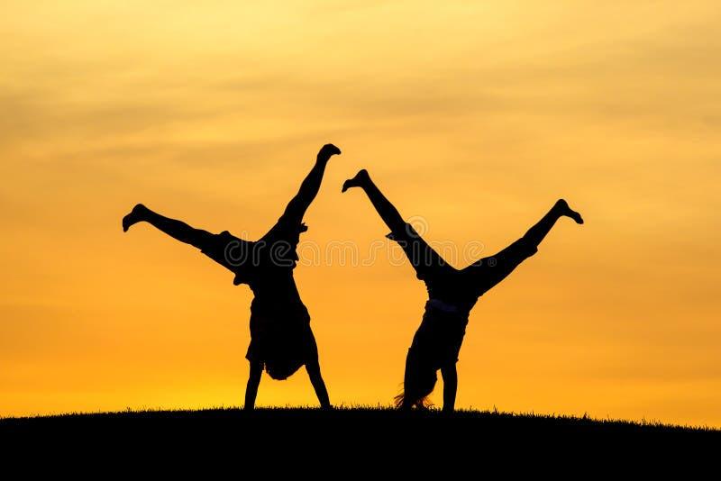 Haciendo los cartwheels juntos imagen de archivo libre de regalías