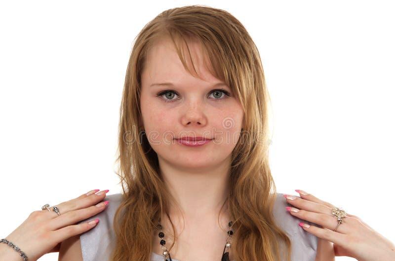 Haciendo mirada sonrisas de una muchacha más joven imagenes de archivo
