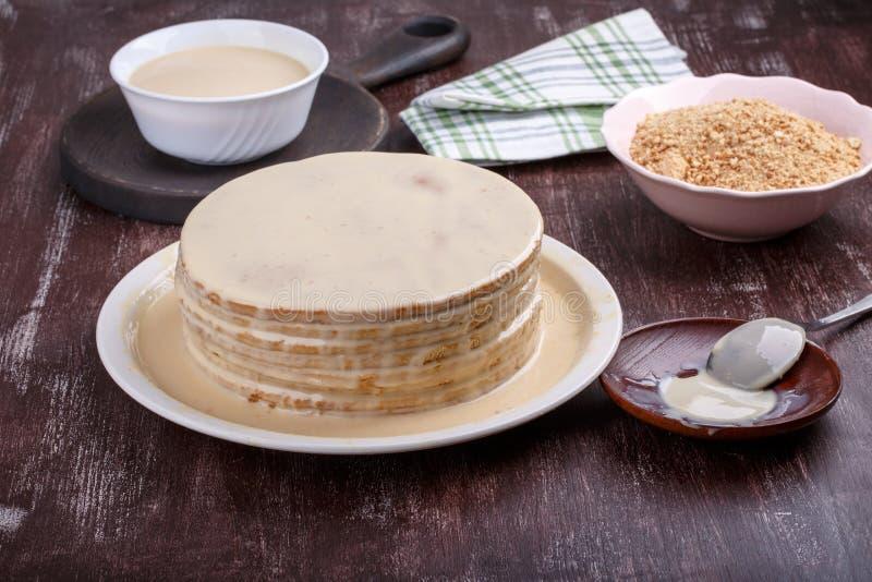 Haciendo o cocinando la torta fotos de archivo