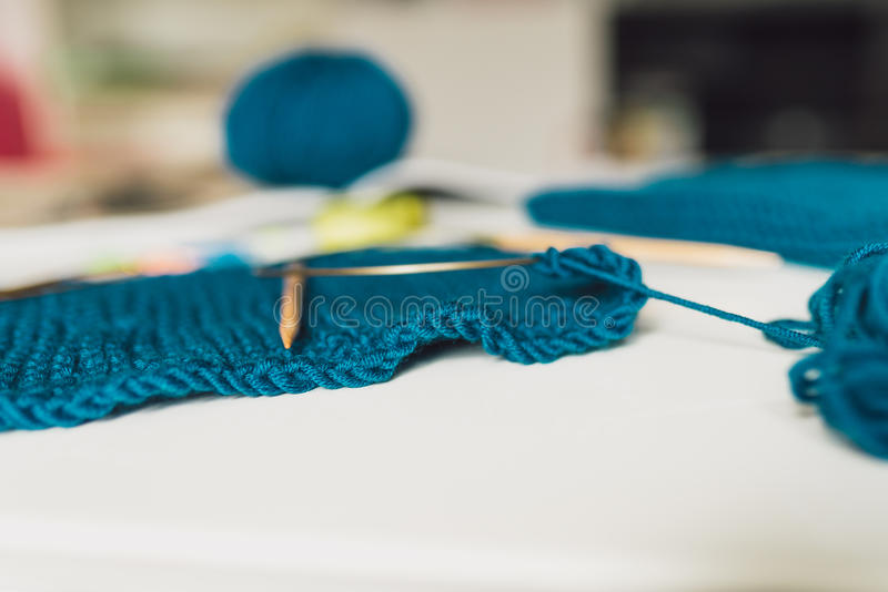 Haciendo punto, hilado, agujas que hacen punto en la tabla textura del knitte imagenes de archivo