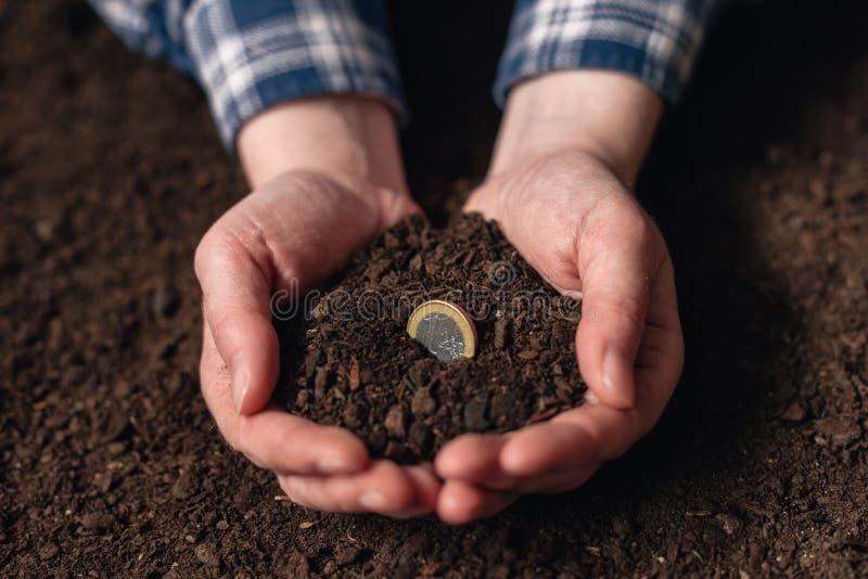 Haciendo renta de actividad agrícola y de ganar el dinero adicional imagenes de archivo