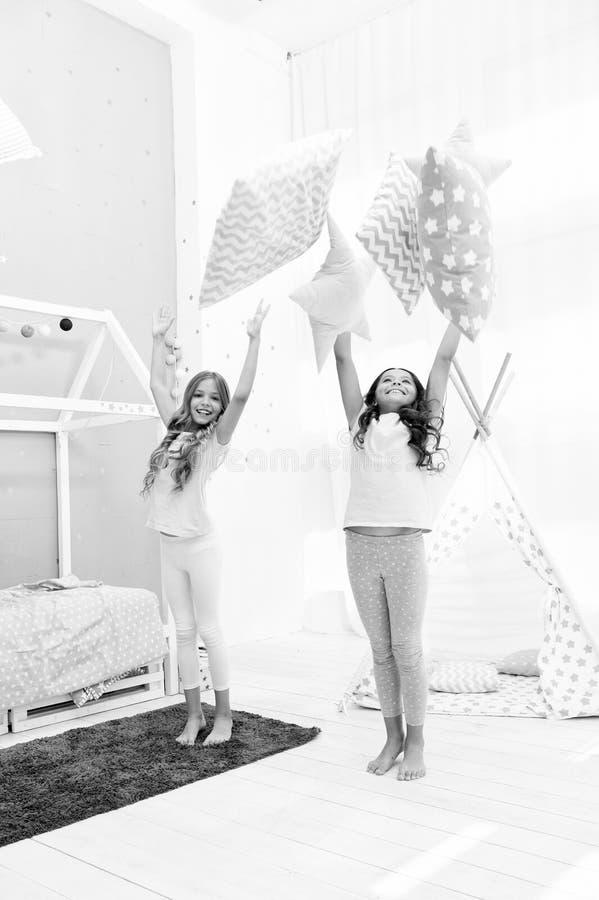 Haciendo sea cual sea ?l quiere Ideas del partido del Sleepover Las hermanas juegan el partido del dormitorio de las almohadas Pa fotos de archivo libres de regalías