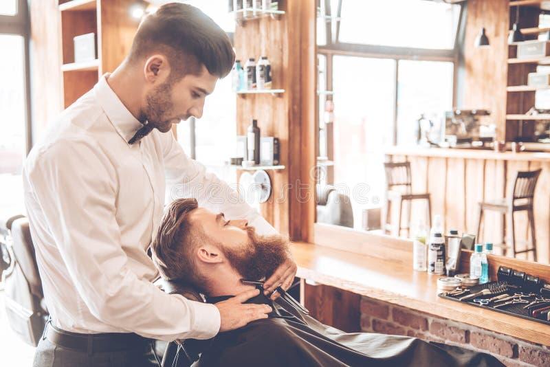 Haciendo su barba elegante fotos de archivo