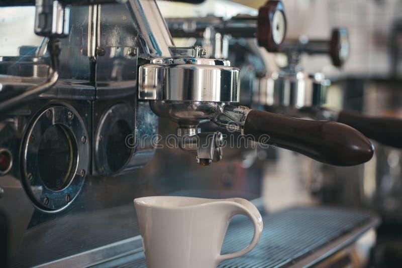 Haciendo su brebaje a la vez que se adapta a su rutina Máquina de acero inoxidable o cafetera del café Taza del café con leche Pe foto de archivo libre de regalías