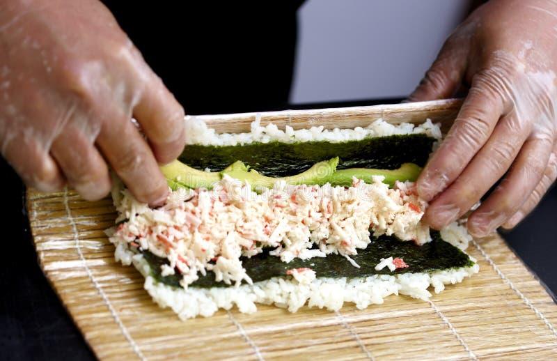 Haciendo sushi ascendente cercano fotos de archivo libres de regalías