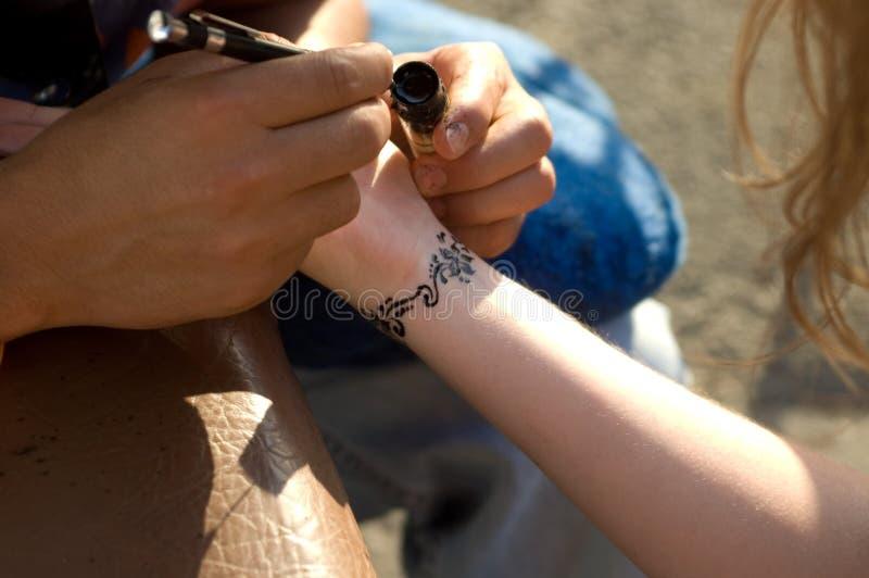 Haciendo temporal, tatuaje de la alheña en wirst imagenes de archivo