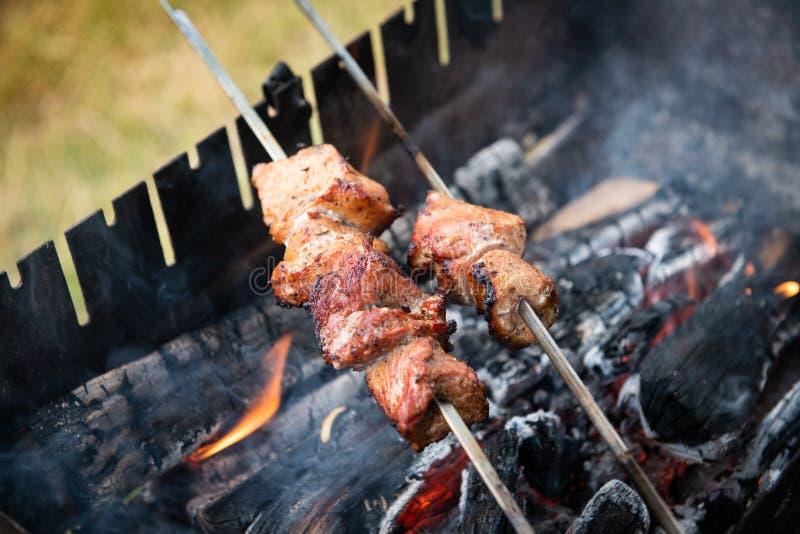 Haciendo una barbacoa shashlik sobre carne de parrilla de madera comida fresca de carne de porcino de beacon fresco fotografía de archivo libre de regalías