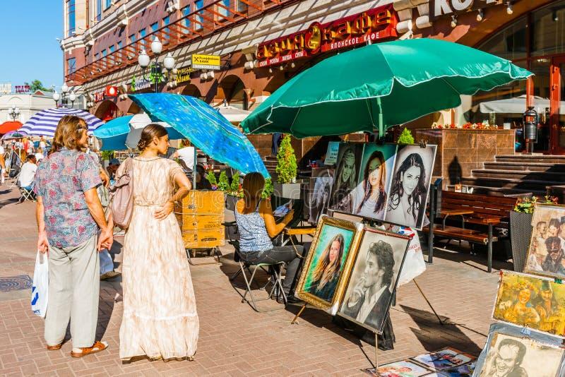 Haciendo y vendiendo arte en la calle de Arbat de Moscú imagen de archivo libre de regalías