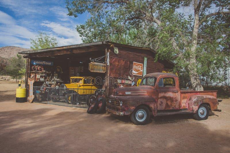 Hackberry, Αριζόνα, ΗΠΑ - 19 Ιουνίου 2014: Παλαιά πρατήριο καυσίμων και κατάστημα με τα εκλεκτής ποιότητας αυτοκίνητα στη διαδρομ στοκ φωτογραφία με δικαίωμα ελεύθερης χρήσης