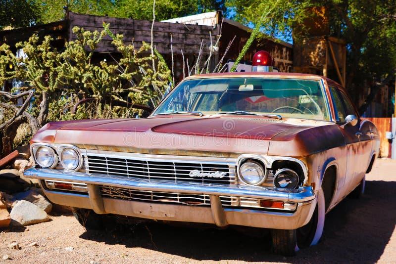 Hackberry-Gemischtwarenladen mit einem 1957 roten Korvette Auto in der Front am 3. August 2012 im Hackberry, Arizona, USA Hackber lizenzfreie stockfotografie