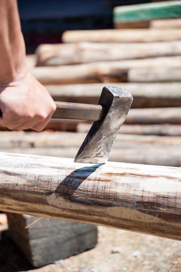 Hacken des Feuer-Holzes mit Axt lizenzfreies stockfoto