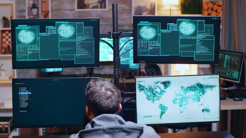 Hacker animado após quebrar o servidor governamental imagem de stock