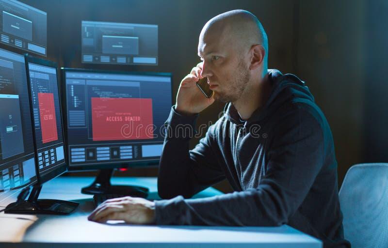 Hacker bez dost?pu na komputerze wzywa kom?rk? obraz royalty free