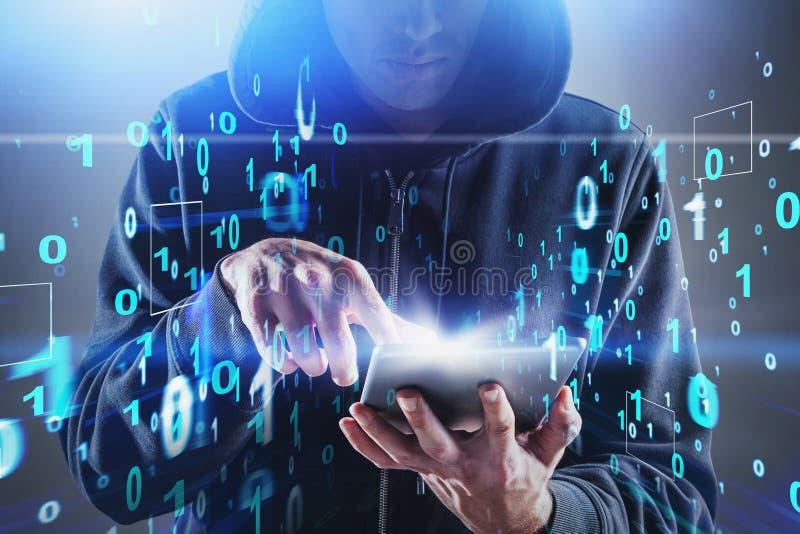 Hacker con tablet, números binarios foto de archivo libre de regalías