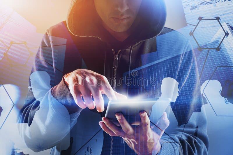 Hacker con tableta robando información comercial imagen de archivo libre de regalías