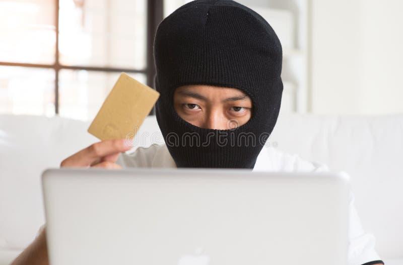 Hacker de computador com cartão de crédito foto de stock royalty free