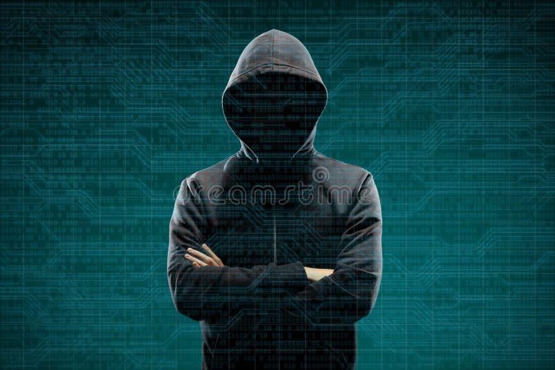 Hacker de computador an?nimo sobre o fundo digital abstrato Cara escura obscurecida na m?scara e na capa Ladr?o dos dados, Intern foto de stock royalty free