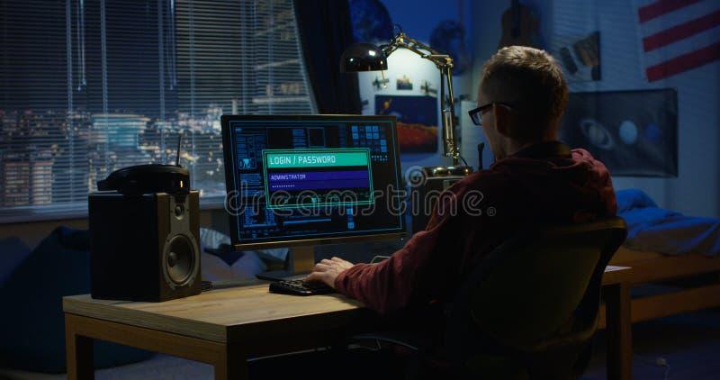 Hacker de computador que usa seu computador imagens de stock