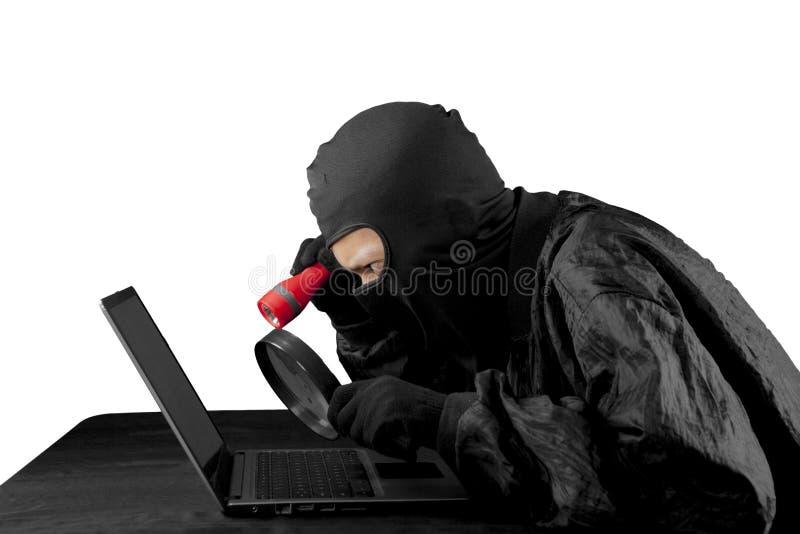 Hacker, der Blitzlicht und Lupe verwendet stockfoto