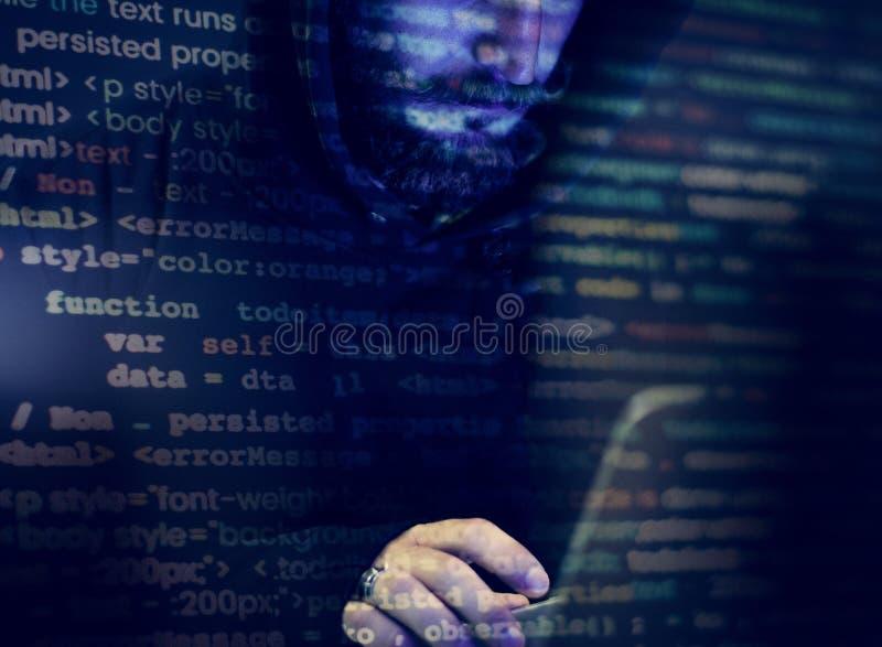 Hacker, der an Computer Cyberverbrechen arbeitet lizenzfreie stockfotos