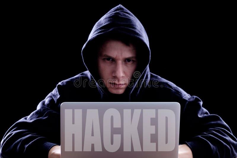 Hacker, der Laptop für organisierenden Angriff auf Unternehmensservern verwendet stockbilder